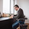 Page Wohnraum-Rollator Anthrazit - Handbremse - Mutmacher -  Arbeiten im SItzen an der Küchenarbeitsplatte