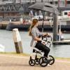 Rollz Motion Weiß - Rollstuhl Rollator - Detail: Regenschirm am Hafen