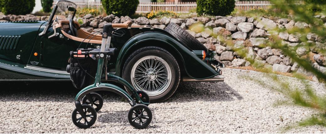 Carbon Rollator Grün - Neben dem Auto