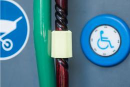 Held Magnetstockhalter Neongelb - Stock an Haltestange im Bus