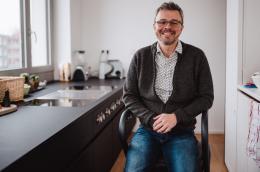 Page Wohnraum-Rollator Anthrazit - Mutmacher - in der Küche