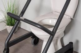 Page Wohnraum-Rollator Anthrazit - vor der Toilette