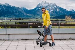 Page Wohnraum-Rollator Anthrazit - Mutmacher - Laufen am Rollator mit Bergblick