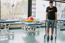 Page Wohnraum-Rollator Anthrazit - Mutmacher - Rollator als Gehhilfe nach Beinverletzung