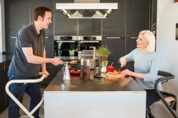 Page Wohnraum-Rollator  -  Beide Modelle an der Kücheninsel