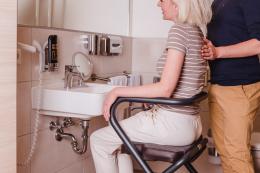 Page Wohnraum-Rollator Anthrazit - Waschen am Waschbecken