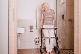 Page Wohnraum-Rollator Anthrazit - Rollator als Stütze bei Toilettengang